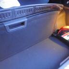 Azuga Kofferraummatte mit aufgestelltem Boden