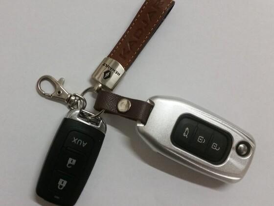 Schlüssel von Katja in einer Metallhülle und die Fernbedienung Alarmanlage